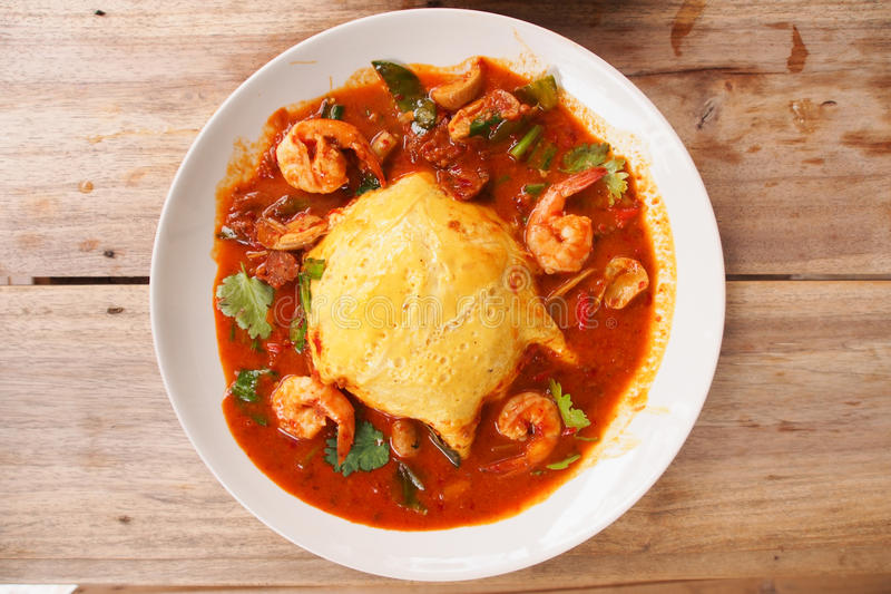 Thaise kruidige soep Tom Yum Kung met ei en garnalen royalty-vrije stock afbeelding