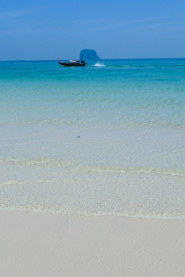 Thaise lange staartboot op het overzees met het witte zandstrand stock foto's