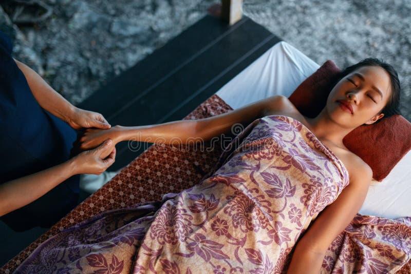 Thaise lichaamsmassage Mooie Vrouw die Handmassage krijgen bij Kuuroord royalty-vrije stock afbeelding