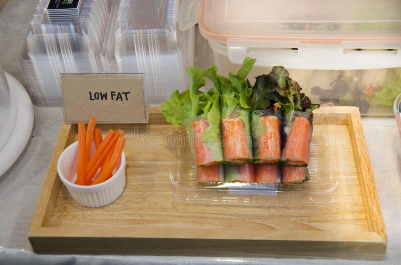 Thaise mensen die de rijstblad koken van de verse groente organisch salade rol royalty-vrije stock afbeeldingen
