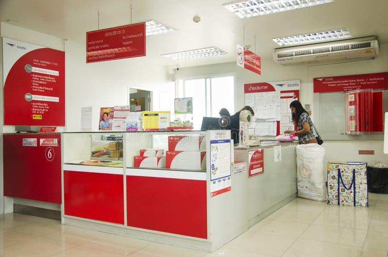 Thaise mensen die pakketpost en werknemers de dienstklant langs sturen stock foto's