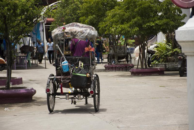 Thaise mensen die uitstekende retro fiets of riksja met drie wielen van Thaise stijl reding stock foto