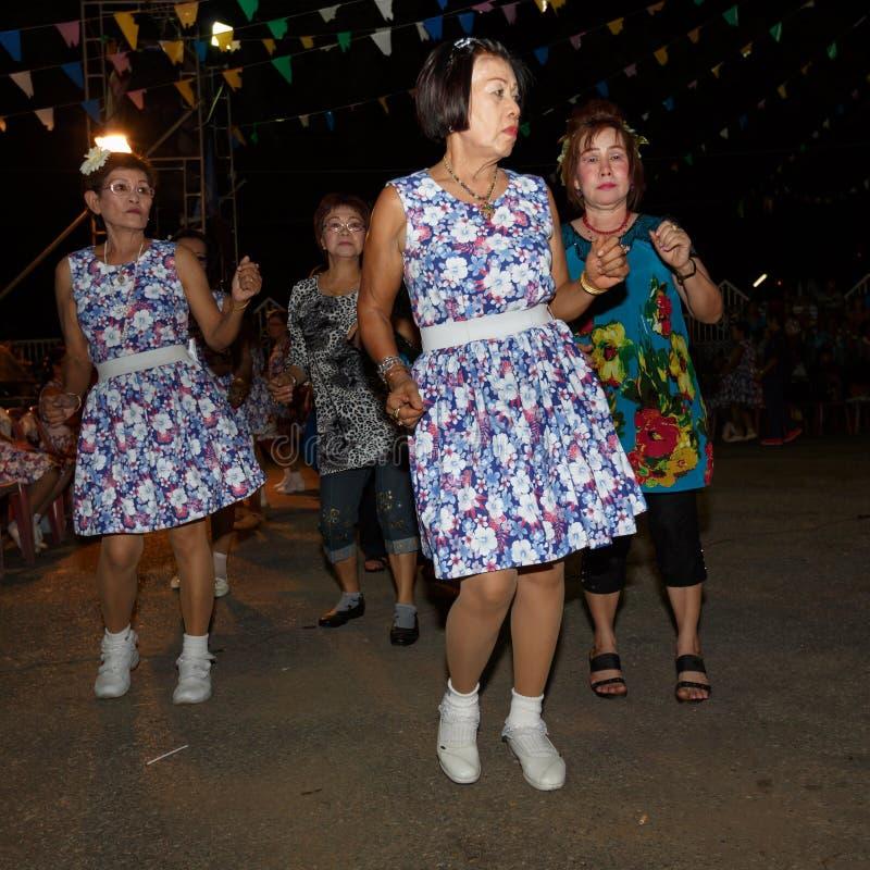 Thaise mensen niet geïdentificeerde volksdans en traditionele kostuums op de gangstraat van de nachtmarkt stock afbeeldingen