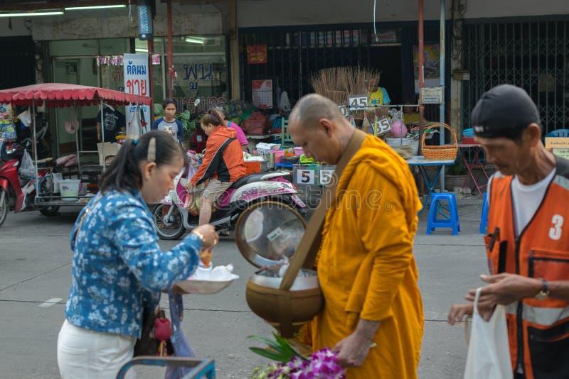 Thaise mensenaalmoes aan monniken royalty-vrije stock foto
