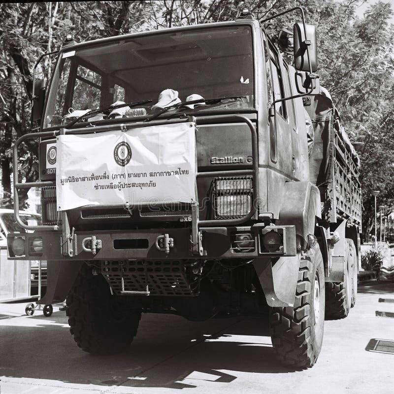 Thaise militaire die vrachtwagen voor overstroming wordt gebruikt stock afbeelding