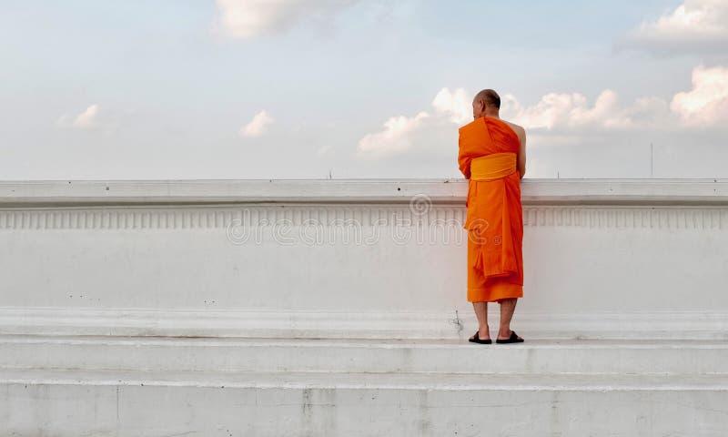 Thaise monnikstribunes door de kant van de rivier stock afbeelding