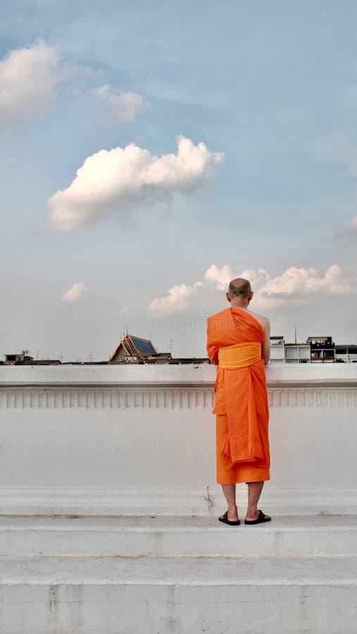 Thaise monnikstribunes door de kant van de rivier royalty-vrije stock fotografie