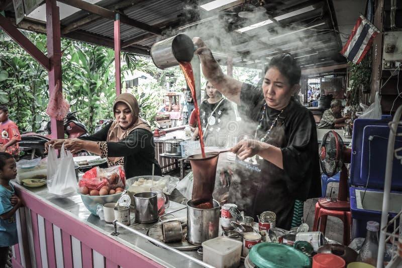 Thaise Moslim in Bangkok maakt koffie royalty-vrije stock foto's