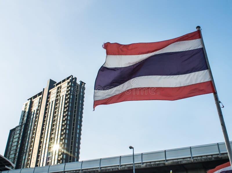 Thaise nationale vlag in schemering royalty-vrije stock afbeeldingen