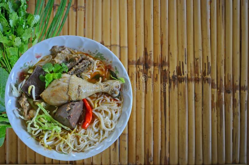 Thaise noedels met de soepschotel van de kippenkerrie stock foto