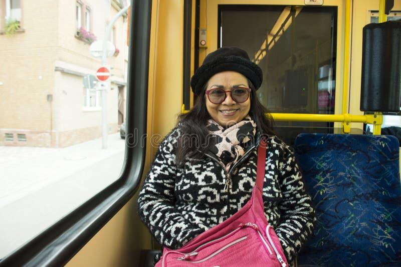 Thaise oude vrouwenmensen die op tramspoor van Sandhausen zitten royalty-vrije stock foto's
