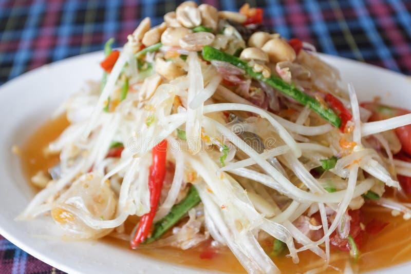 Thaise papaja kruidige salade, Som Tum, Thailand. stock foto's