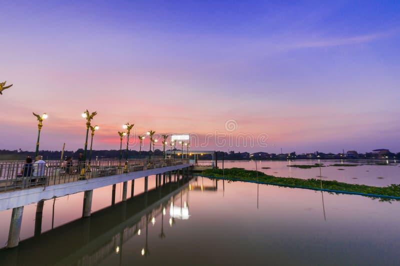 Thaise pijler in avond bij Chaophraya-rivier, Wat ku, Pakkret, Thailan stock foto