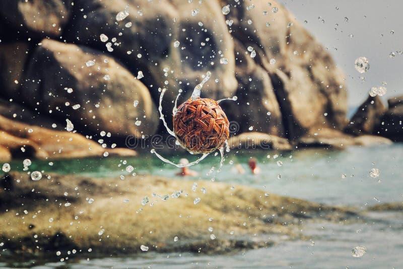 Thaise Rotanbal met waterplonsen royalty-vrije stock afbeeldingen