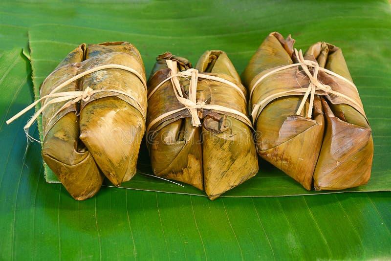 Thaise snoepjesbos van maïsmeelpap op banaanblad royalty-vrije stock afbeelding