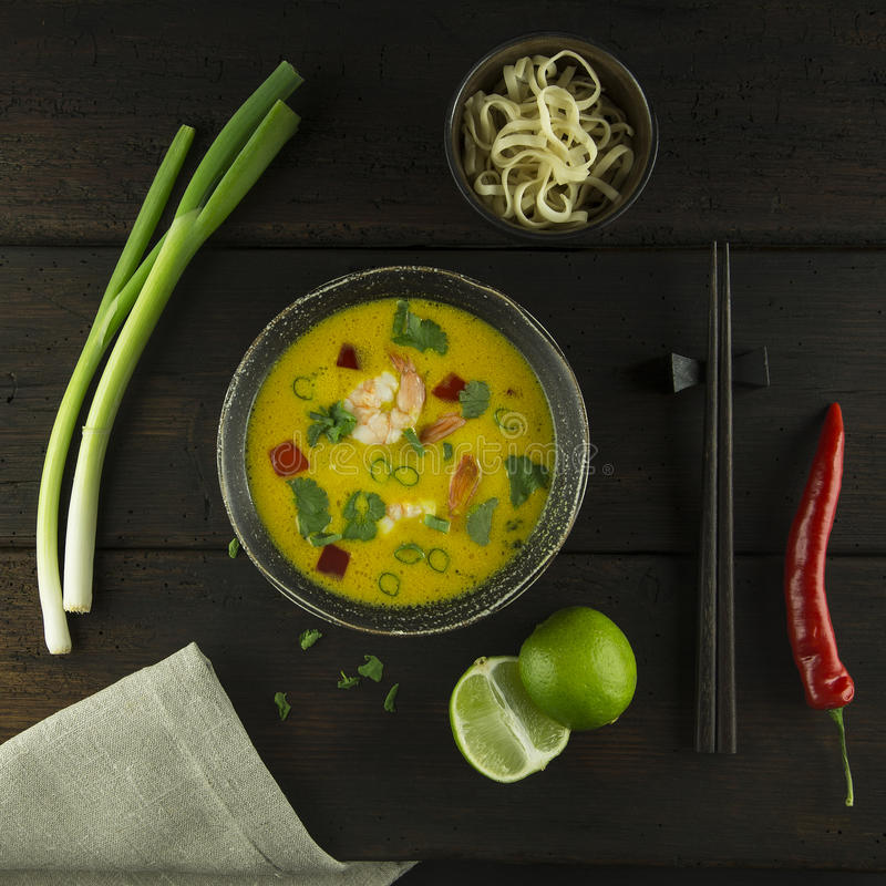 Thaise soep met garnalen stock afbeeldingen