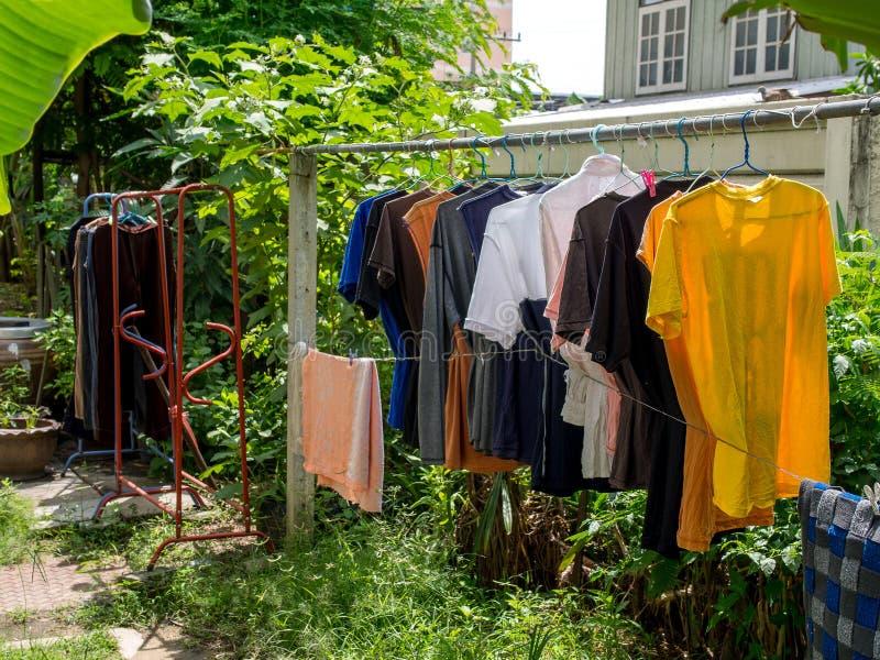 Thaise stijl die hun gewassen kleren buiten in de lucht op drogen stock foto's