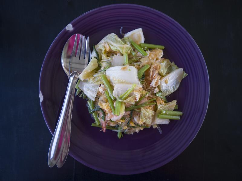 Thaise Stijl Fried Suki in purpere plaat met vork en lepel stock fotografie