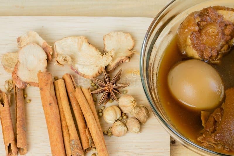 Thaise Stijl Geurige Eieren en Varkensvlees Chinese vijf-Kruid Hutspot en Ingrediënten voor het koken royalty-vrije stock fotografie