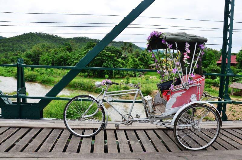 Thaise stijl met drie wielen op Brug over Pai River in Pai in Mae Hong Son Thailand stock fotografie