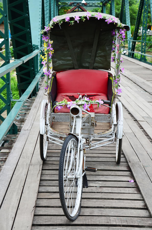 Thaise stijl met drie wielen op Brug over Pai River in Pai in Mae Hong Son Thailand stock foto