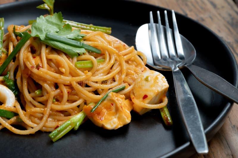Thaise stijlspaghetti De zoute die saus van de eierenroom met zeevruchten wordt gemengd Smakelijke eigentijdse schotel voor ieder stock fotografie