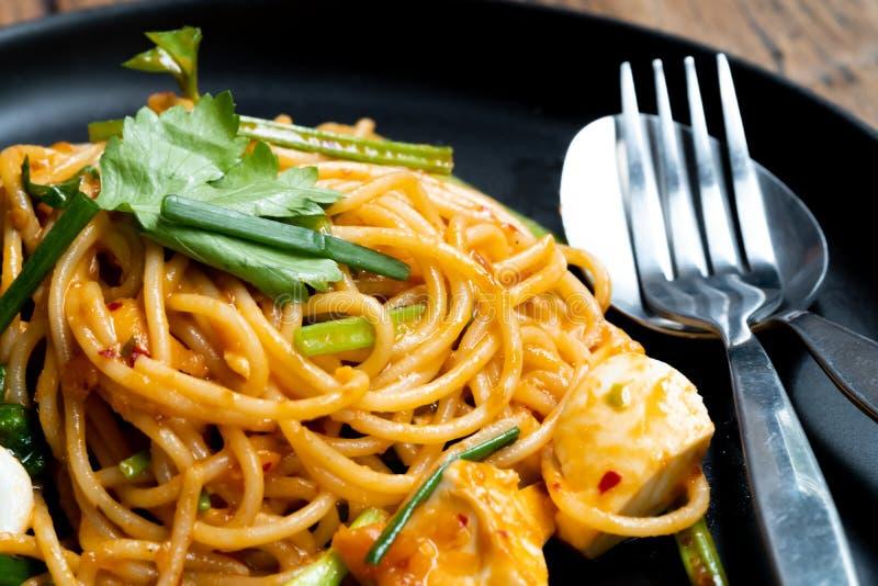 Thaise stijlspaghetti De zoute die saus van de eierenroom met zeevruchten wordt gemengd Smakelijke eigentijdse schotel voor ieder royalty-vrije stock fotografie