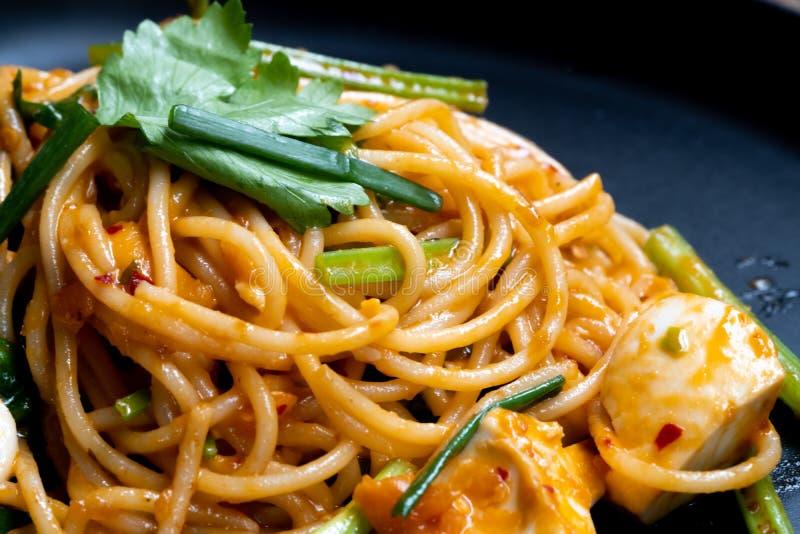 Thaise stijlspaghetti De zoute die saus van de eierenroom met zeevruchten wordt gemengd Smakelijke eigentijdse schotel voor ieder stock afbeelding