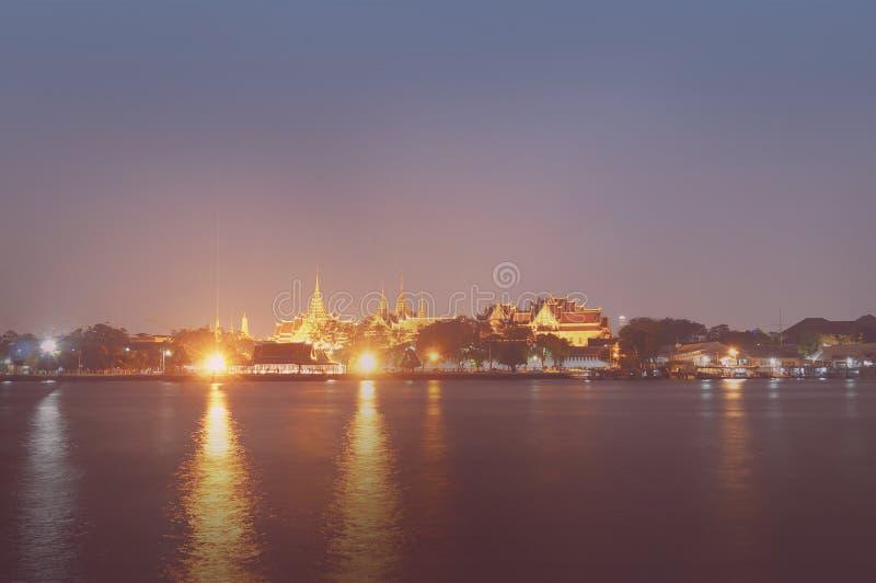 Thaise tempel dichtbij rivier stock afbeeldingen