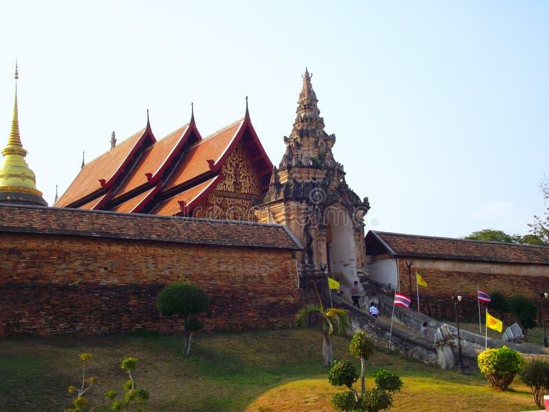 Thaise tempel en grote achtergrond stock foto's