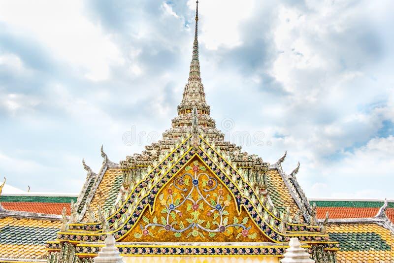 Thaise Tempel met het dakbovenkant van de ornamentkunst bij blauwe hemel, Bangkok Thail stock foto's