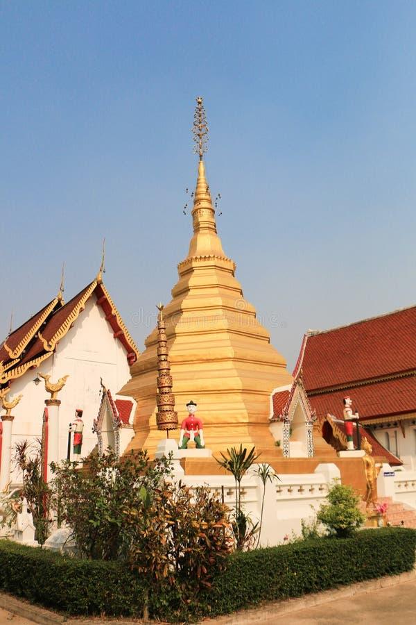 Download Thaise tempel in phrae stock foto. Afbeelding bestaande uit meditate - 39117608