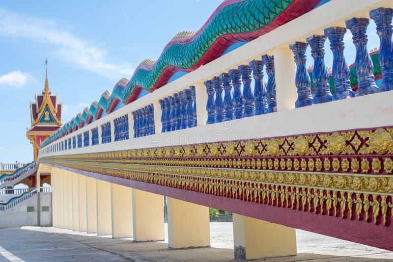 Thaise Tempeltrap, de TEMPEL van WAT PHRATHAT RUENG RONG in Sisaket, Thailand stock foto's