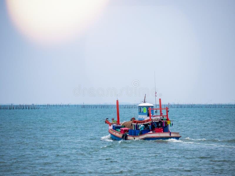 Thaise traditionele vissersboot gebruikt als voertuig om vissen in het overzees bij zonsondergang te vinden royalty-vrije stock foto's