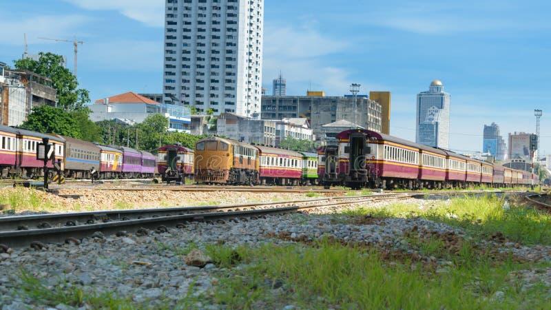 Thaise trein met blauwe hemel royalty-vrije stock fotografie
