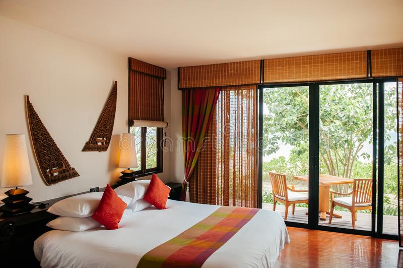 Thaise tropische comfortabele hotelslaapkamer - Aziatische uitstekende huisdecoratie royalty-vrije stock afbeelding