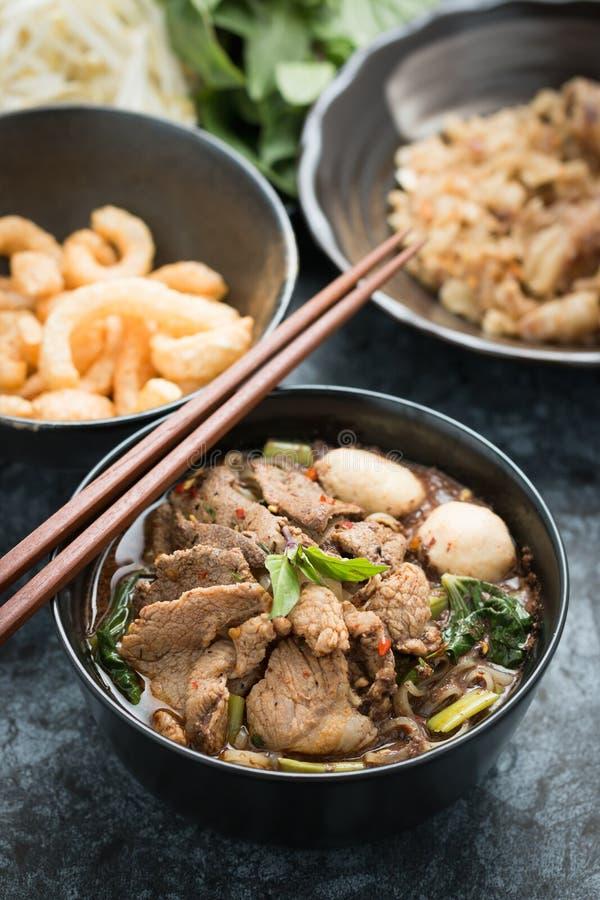 Thaise varkensvleesnoedel stock afbeelding