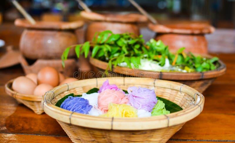 Thaise vermicelli die met kerrie, Thais Voedsel worden gegeten royalty-vrije stock foto