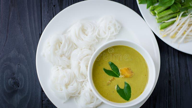 Thaise vermicelli die met kerrie worden gegeten stock afbeelding