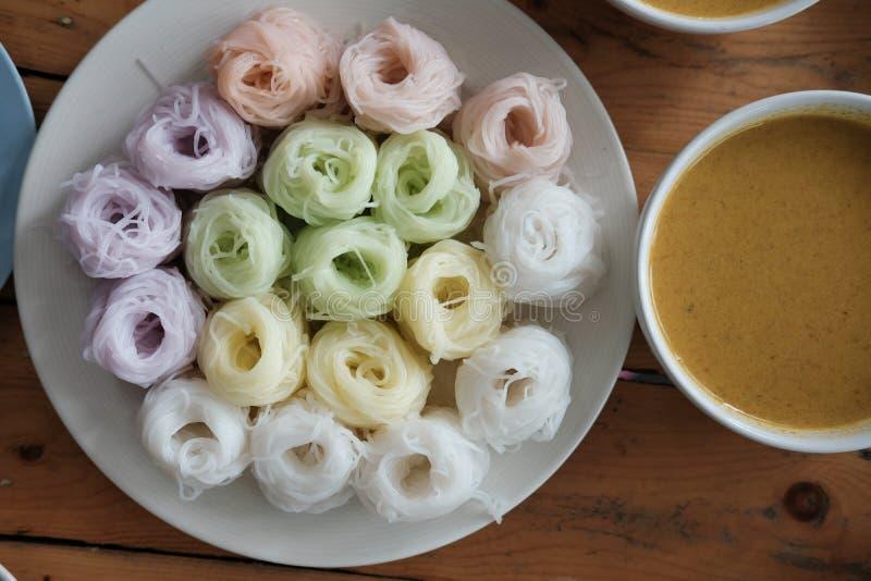 Thaise vermicelli met natuurlijke kruidenkleur rijstnoedel & kerrie s royalty-vrije stock afbeelding