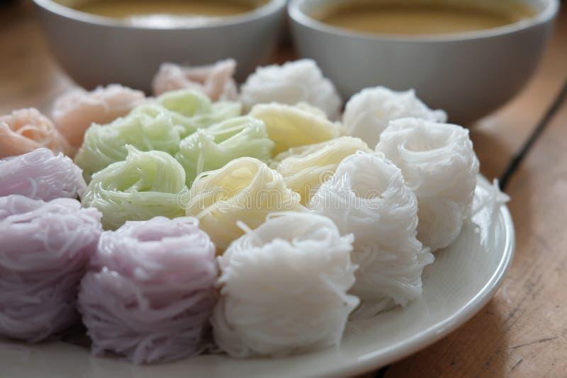 Thaise vermicelli met natuurlijke kruidenkleur rijstnoedel & kerrie s stock foto's