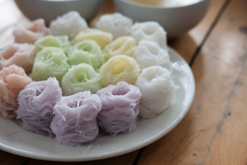 Thaise vermicelli met natuurlijke kruidenkleur rijstnoedel & kerrie s stock foto