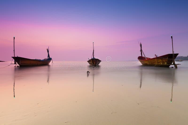 Thaise vissersboot in schemeringtijd stock afbeelding