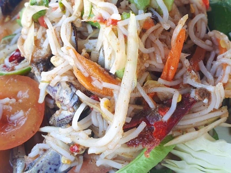 Thaise voedselstijl, Papajasalade met tomaat, garnalen, Spaanse peper, boon, ochtendglorie en kool als achtergrond royalty-vrije stock afbeelding