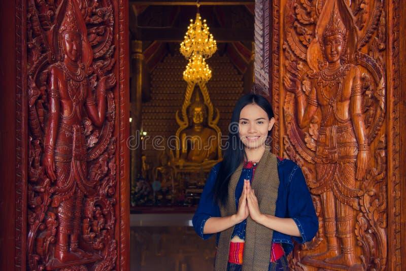 Thaise vrouw die typische Thaise kleding, identiteitscultuur dragen van Thail stock afbeelding