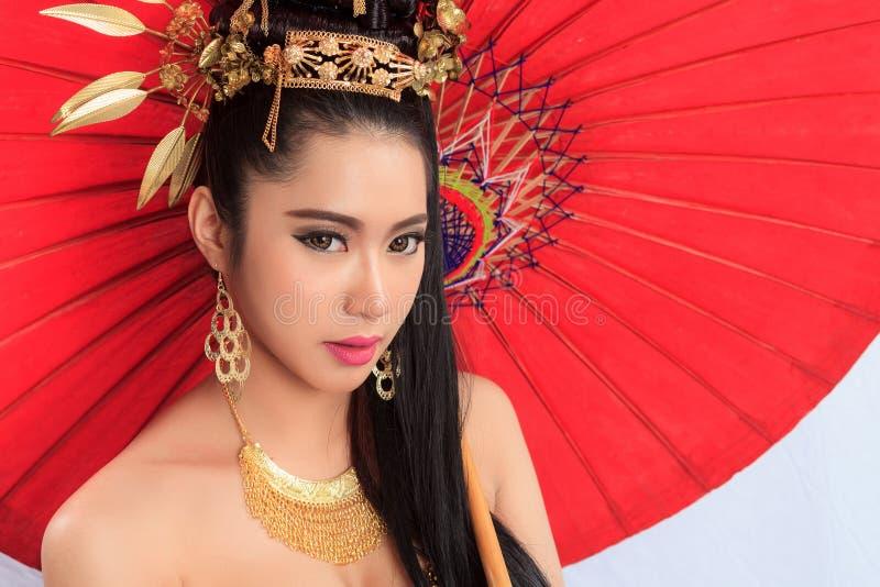 Thaise Vrouw in Traditioneel Kostuum van Thailand stock afbeeldingen