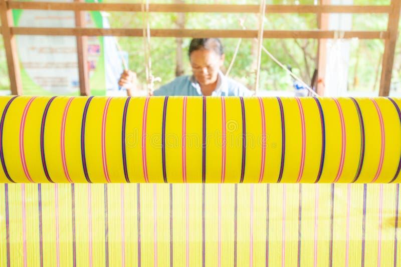 Thaise vrouwen die katoenen doek met traditioneel handweefgetouw weven, uniq royalty-vrije stock foto's