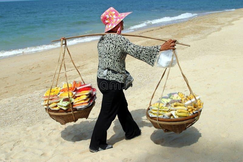 Thaise vrouwen die vruchten, Pattaya verkopen stock fotografie