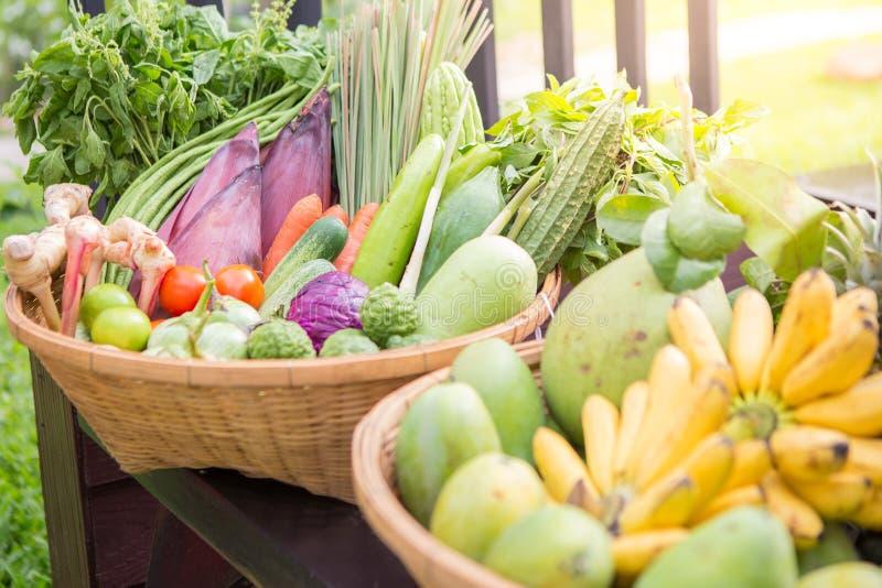 Thaise vruchten en groenten in de mand stock afbeelding