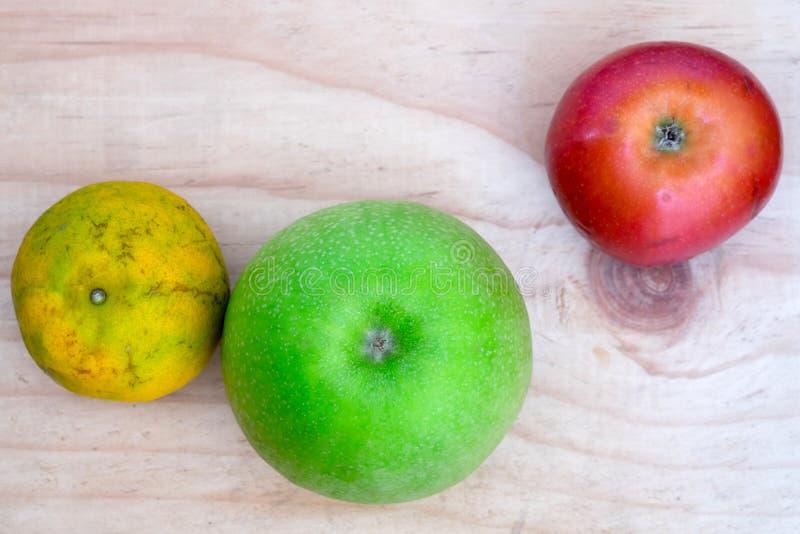 Thaise vruchten op houten lijst royalty-vrije stock afbeelding